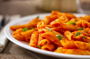 Omáčka z červené čočky s rajčaty, cibulí a paprikou