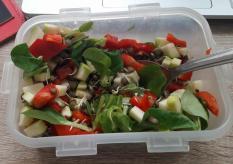 salát z naklíčené čočky a slunečnicových semínek